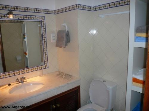 Badkamer met toilet en inloopdouche