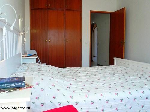 Ouderslaapkamer met vaste kasten, appartement met zwembad