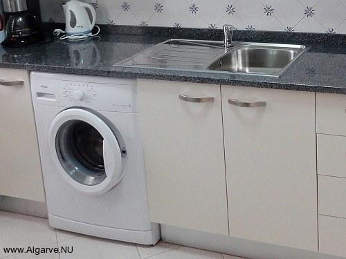 Volledig ingerichte keuken met apparatuur