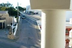 balkon met uitzicht op straat naar Algar Seco, Carvoeiro