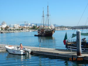 Oud schip in de haven van Portimão, Algarve, Portugal
