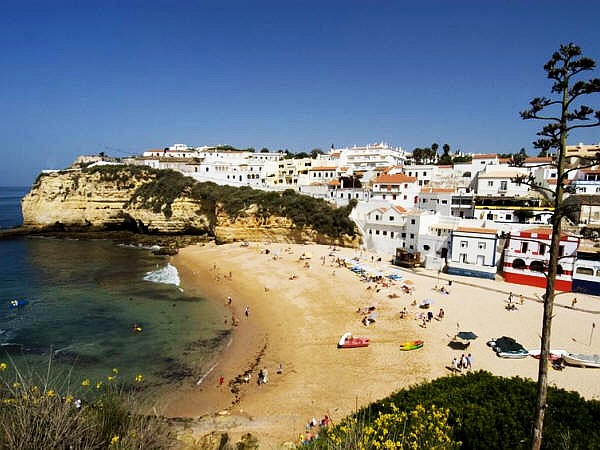 Het strand van Carvoeiro, Algarve, Portugal