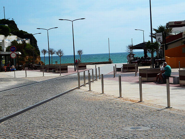 Het pad naar het strand van Carvoeiro, Algarve, Portugal