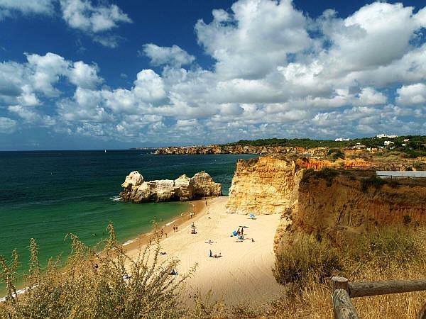 Het strand van Ferragudo, Algarve, Portugal
