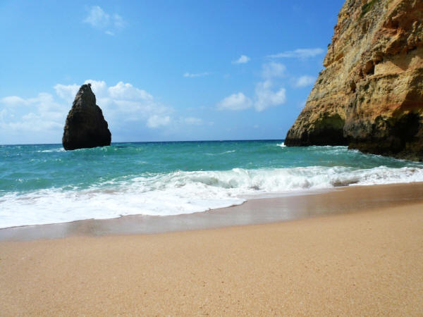Een strand in de Algarve